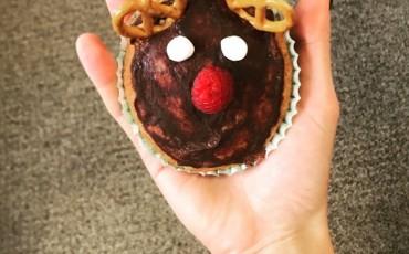 レシピ: クリスマス風!トナカイチョコレートカップケーキ